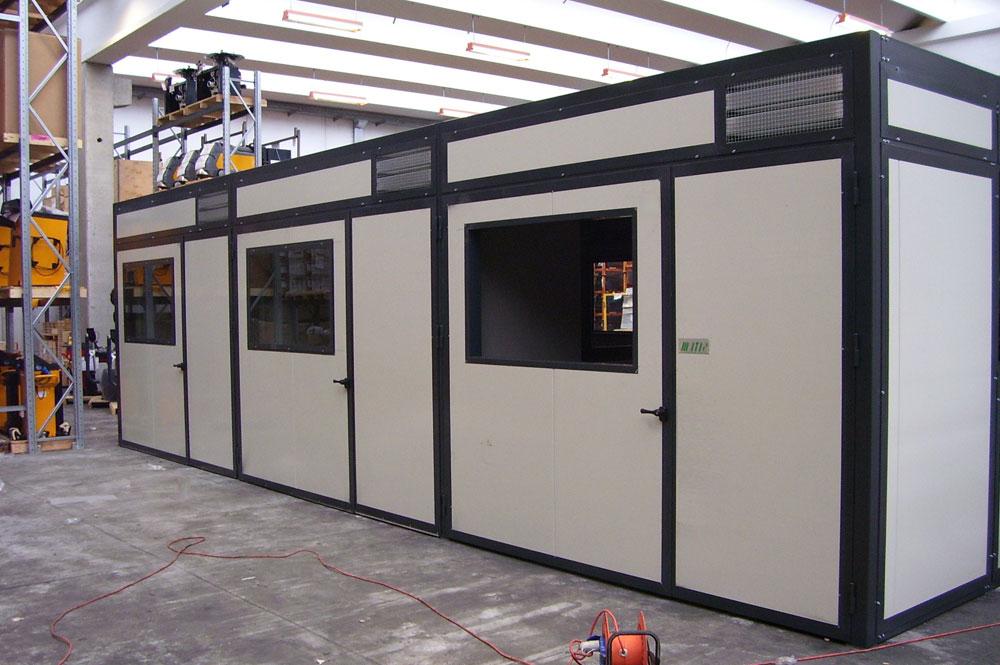 Cabine fonoisolanti all'interno di un capannone industriale